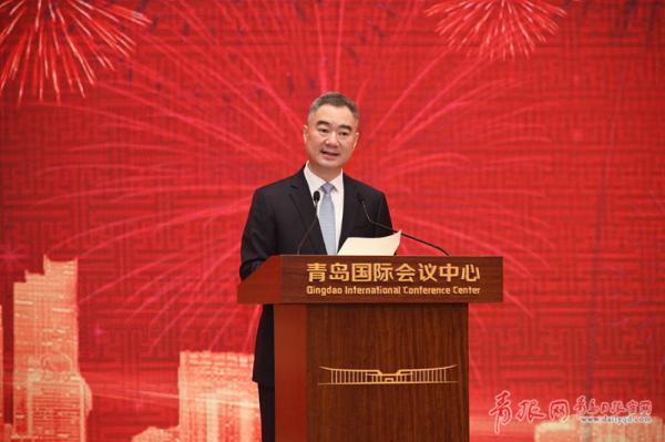 市委书记王清宪出席茶话会并致辞。