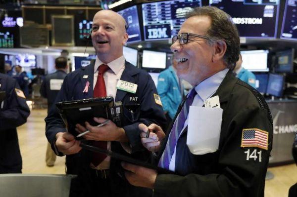 隨着中美貿易磋商釋放出積極信號,紐約證券交易所交易員15日喜迎股指上漲。(美聯社)