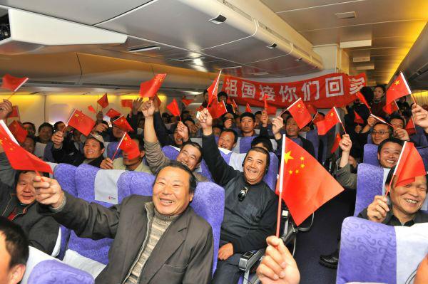 2011年3月5日,在金鳳組執行的利比亞撤僑航班上,中國同胞在高呼祖國萬歲。(新華社發)
