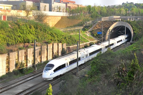 运<strong></strong>行中京港高铁穿过浏阳河隧道 本文图片来自中国铁道建筑有限公司