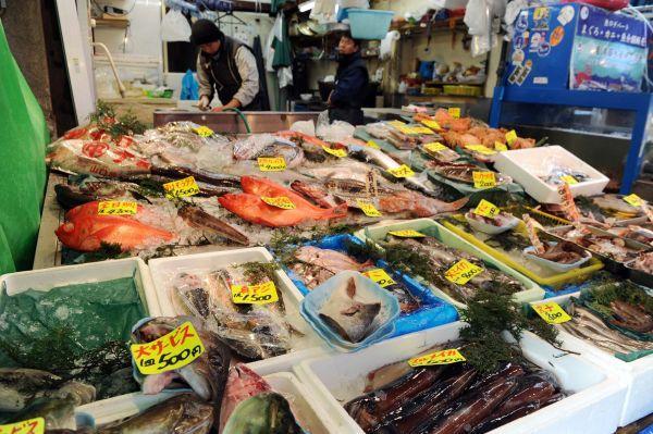 資料圖:日本一家水產商鋪。(新華社)