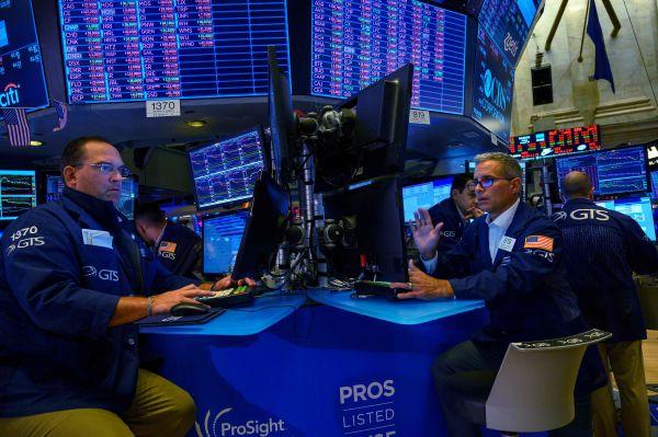 纽约股市三年夜股指8月23日年夜幅下跌。图为8月23日,买卖员正在好国纽约证券买卖所事情。 (新华社)