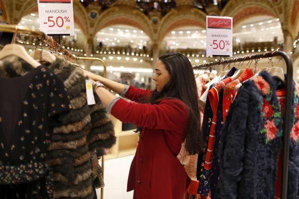 资料图片:法国巴黎老佛爷百货商场,一名消费者准备购买商品。(新华社/路透)