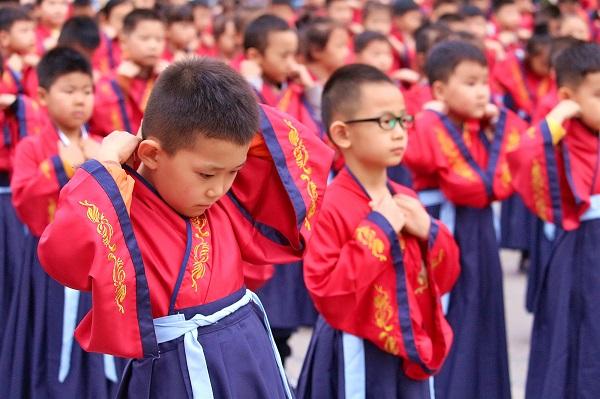 """济南市天桥区官扎营小学在府学文庙举行2019级""""开笔礼""""仪式"""