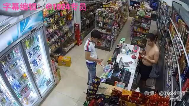 网友爆料:一男子拿匕首在商店故意拿着打火机找茬,奈何老板是个