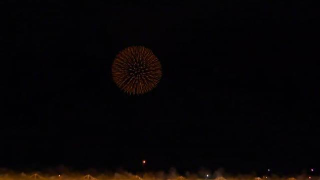 长冈花火谢幕时,直径达600米画满天幕的正三尺玉