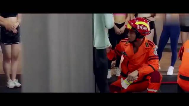 美女卡在栅栏里,还是万能消防来救人,有事儿就找消防员