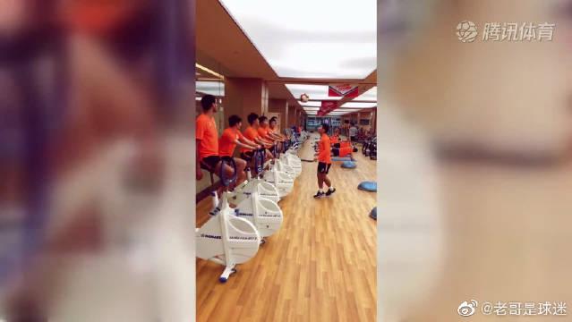 鲁能训练欢乐多!金敬道和队友们玩头球接力,这训练很有趣了!