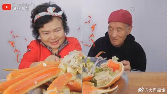 韩国吃货老两口吃播超大只帝王蟹,奶奶还喂爷爷吃,太有爱了!