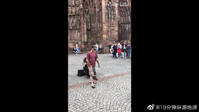法国斯特拉斯堡圣母院大教堂,偶遇流浪歌手,真正大师都在流浪!
