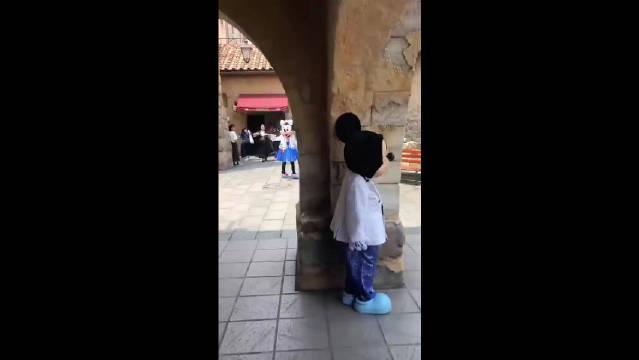 东京迪士尼乐园里拍到这一幕:米奇躲在柱子后面想吓吓米妮