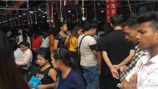 来中缅边境旅游,游客喜欢来的姐告玉石市场,缅甸人真不少