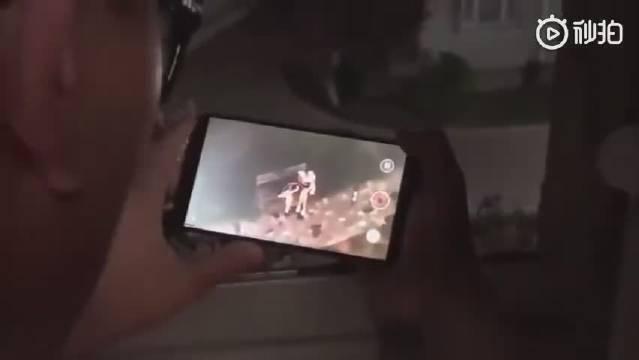 播音系男生在宿舍楼下和女朋友吵架,两室友在楼上做现场解说