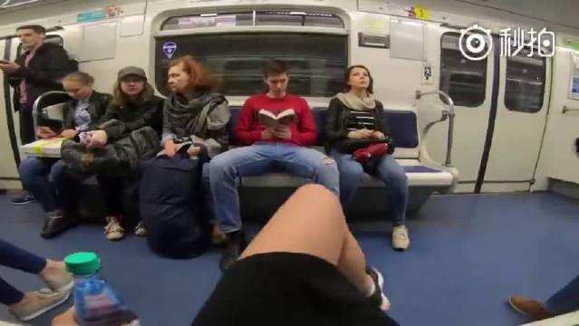 俄罗斯一位女网红在地铁上向叉开腿坐的男性泼水,抗议这是一种性