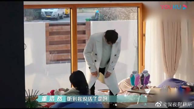 刘问在客厅看书,董浩然悄悄回来,蒙眼睛真的太甜了!