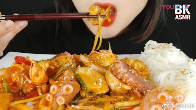 妹子吃播香辣章鱼和海螺,搭配凉拌素面一起吃,欧尼吃得真香!