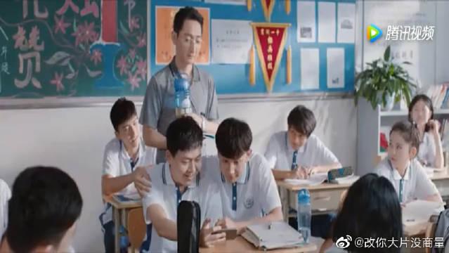 高二男生恶搞班主任,把老师上课的视频剪辑成搞笑短片