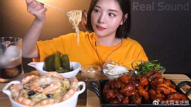可爱做作妹吃奶油虾仁意大利面和猪蹄,就喜欢看她大口吃饭的样子