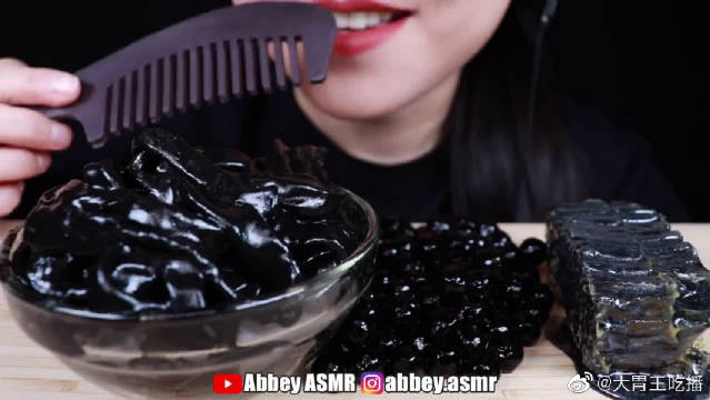 Abbey吃黑色系食物,墨鱼汁的颜色真是黑的发亮啊