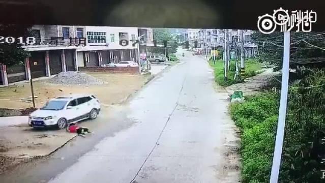 监控一幕,女子横过马路扔垃圾,扔完垃圾不看过往车辆就往回跑