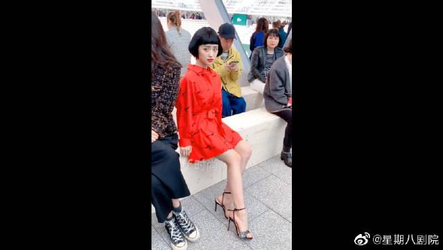 亮相巴黎时装周,身穿小红裙搭配短发,一种古灵精怪的感觉