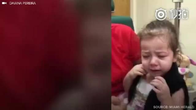 先天视力障碍的小女孩第一次可以看见妈妈的瞬间,好暖!