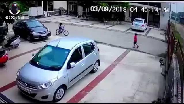 三个小孩在外玩耍,一个烈性犬无人看管从楼道跑出,对着小女孩就