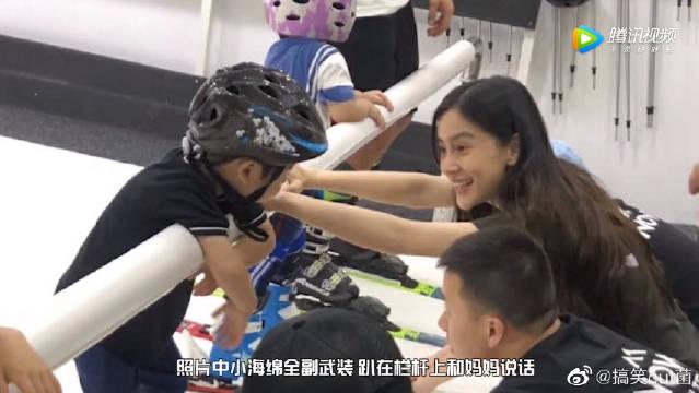小海绵全副武装体验模拟滑雪 baby一旁陪伴鼓励母爱满满