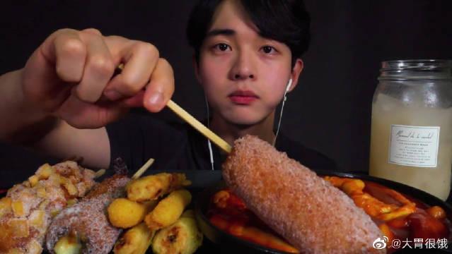 Chan sori吃播芝士热狗棒、芝士条辣炒年糕和炸鸡海螺凉拌面!