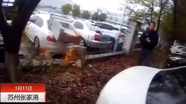 小车倒车失误撞倒围墙,墙内小车无辜遭了秧