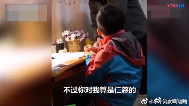 爸爸辅导孩子写作业,被气到叫儿子爸爸,腹肌都笑出来了。