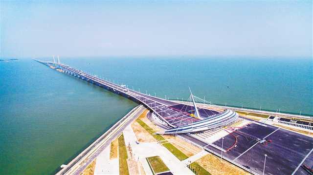 俯瞰港珠澳大桥珠海口岸.    摄(本报资料图片) -为港珠澳大桥建设