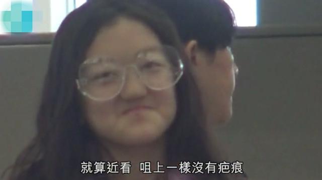 12岁李嫣晒和闺蜜合照坐姿豪迈,这打扮太成熟像多多!