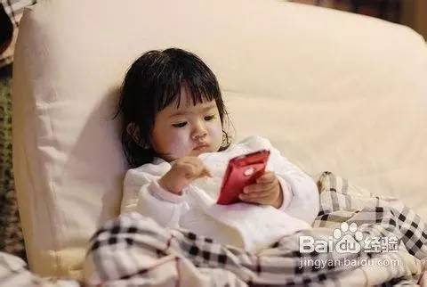 【温馨提示】孩子沉迷手机,竟折射出家长对家庭教育的懒惰
