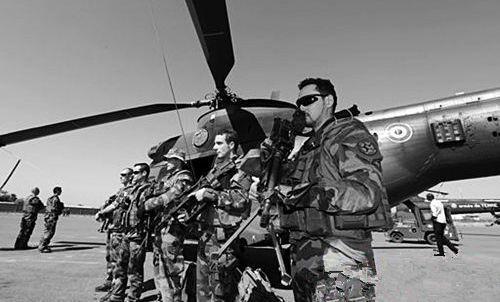 两架直升机空中相撞,13名官兵不幸当场丧命,法国总统府亲自确认