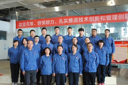 冯艳丽(第一排左二)和内蒙古自治区F-12高性能纤维科技创新团队的部分成员。本人供图