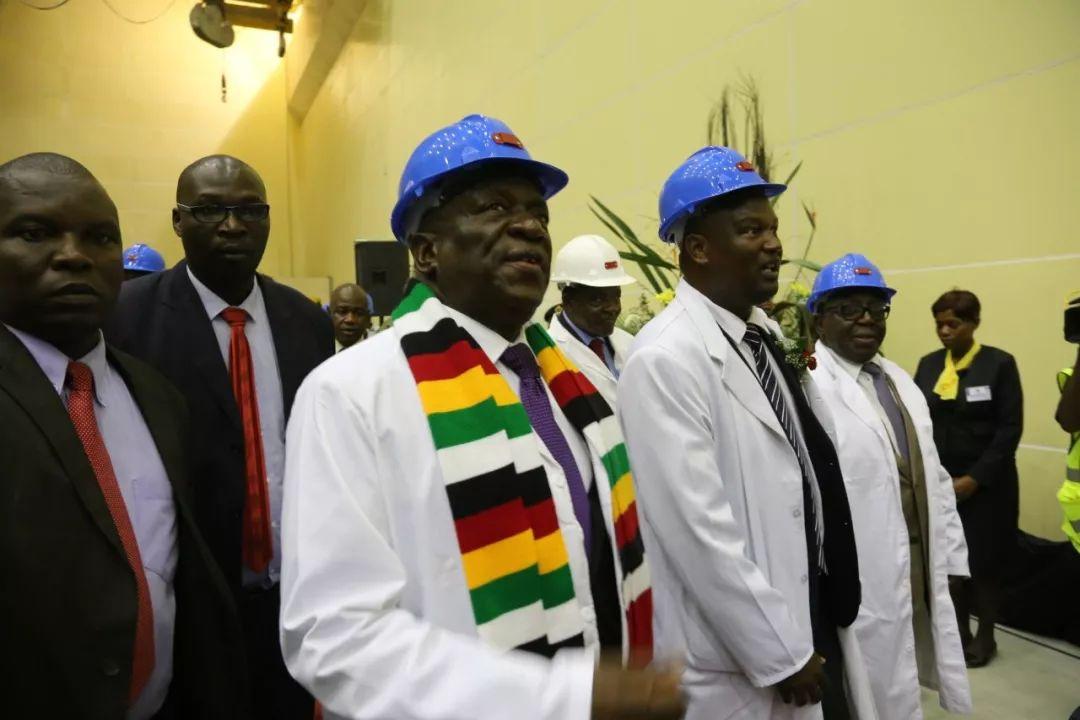 3月28日,津巴布韦总统姆南加古瓦(左三)在卡里巴南岸水电站参观新发电机组。