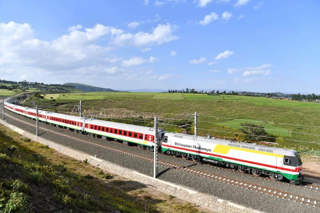 2016年10月3日,在埃塞俄比亚首都亚的斯亚贝巴附近,一列试运行列车在亚吉铁路上行驶。(新华社记者孙瑞博摄)
