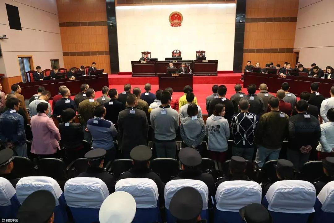 ▲2017年1月18日,昆明开审46人传销团伙案,多为初中以下学历 。图/ 视觉中国