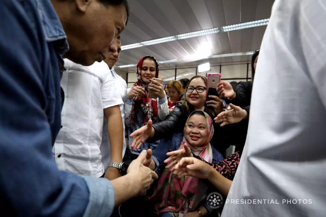 菲总统想把10万英语教师派往中国 他们水平咋样?不思议街的王子们