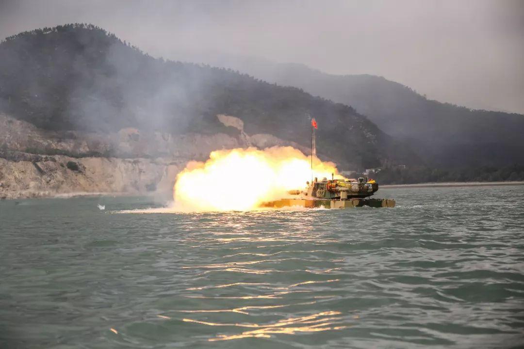 资料图:解放军登陆演习中两栖战车猛烈开火