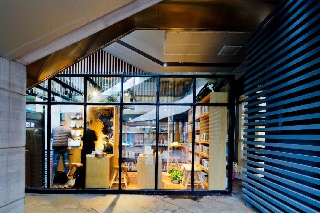 30平方米的独立空间里,24小时智能图书馆蕴藏着园区企业的科技智慧和图片