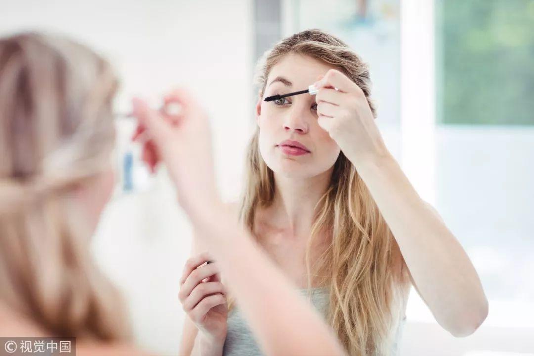 女子13年天天化浓妆 眼睛里长出一颗颗结石