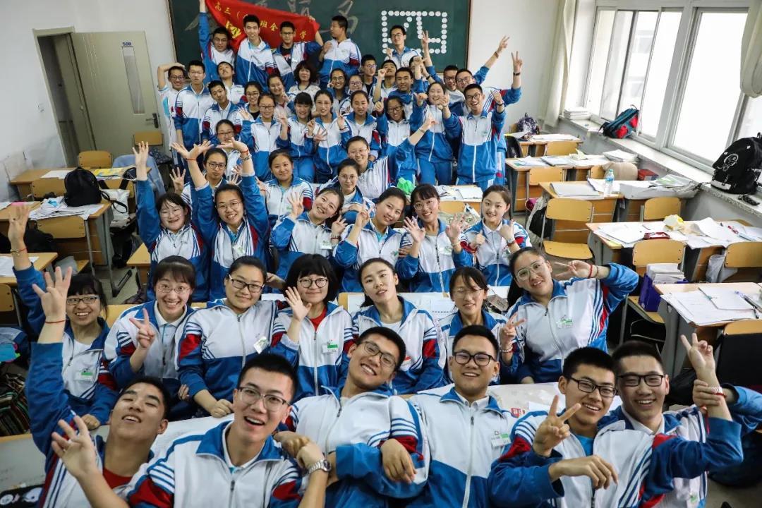 △辽宁丹东:高中班三年同一日期拍三张合照 彰显青春活力