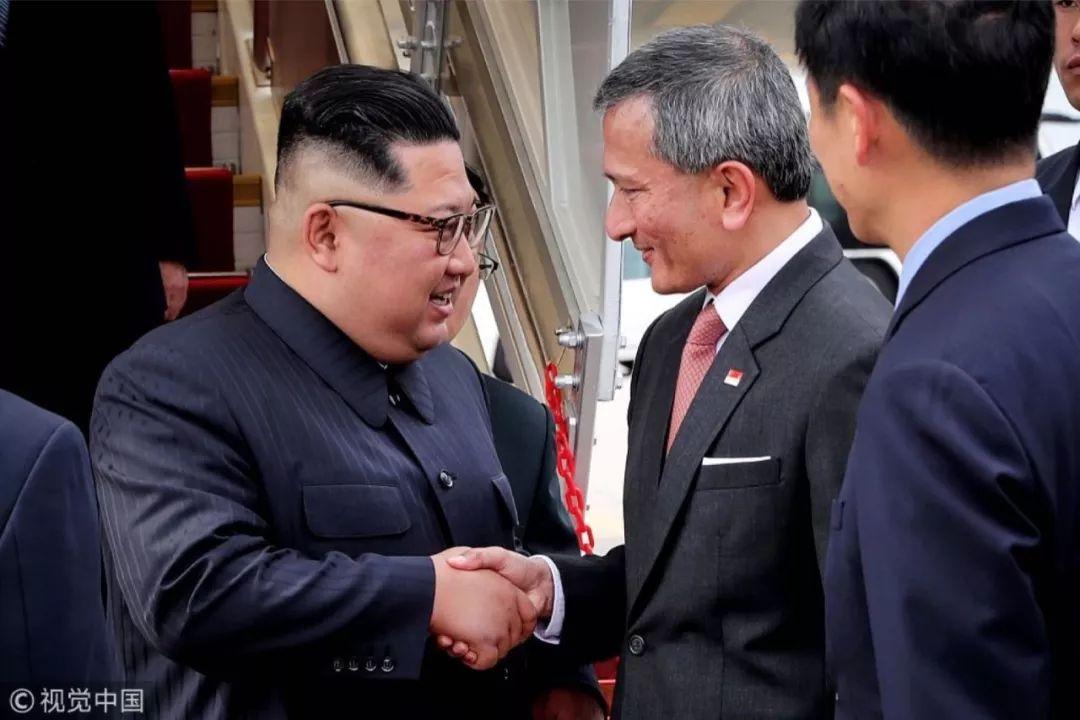 6月10日下午,朝鲜国务委员会委员长金正恩(左)抵达新加坡,新加坡外长维文对金正恩表示欢迎。图/视觉中国