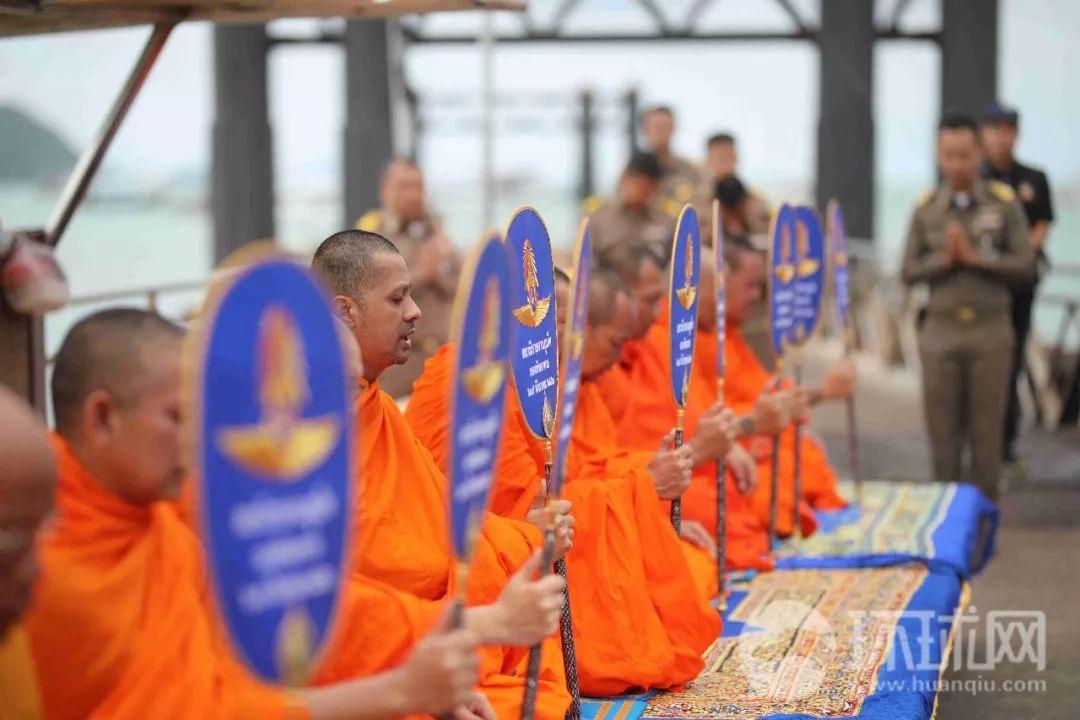 7月11日清晨8点,泰国普吉岛查龙码头,普吉沉船事故遇难者公祭仪式在
