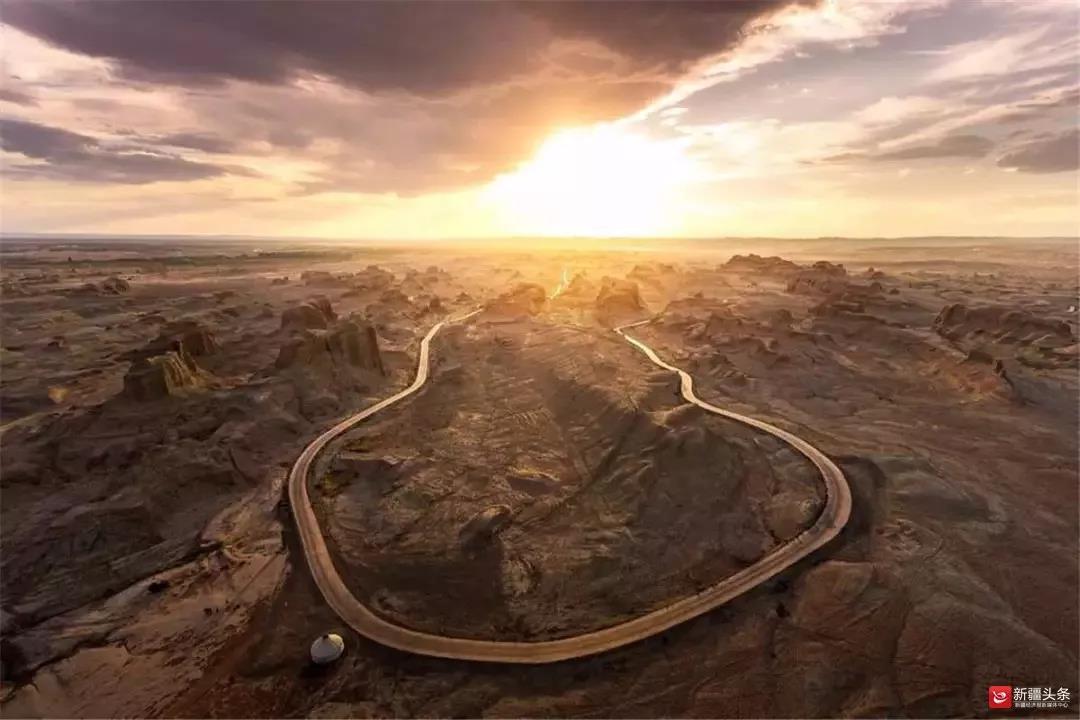 游客可在高空俯瞰乌尔禾魔鬼城的共同地貌。图/通讯员黄锐
