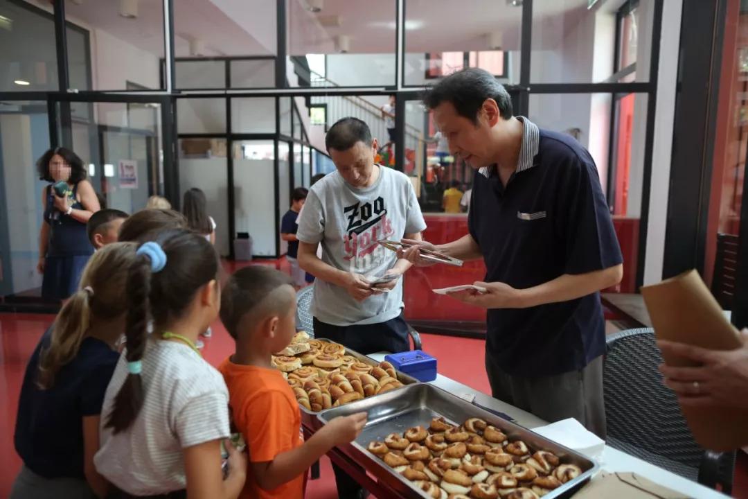 """2018年9月4日,朝阳区精神病托管服务中心,北京一所国际学校支持""""疯狂面包房""""项目。新京报记者 侯少卿 摄"""