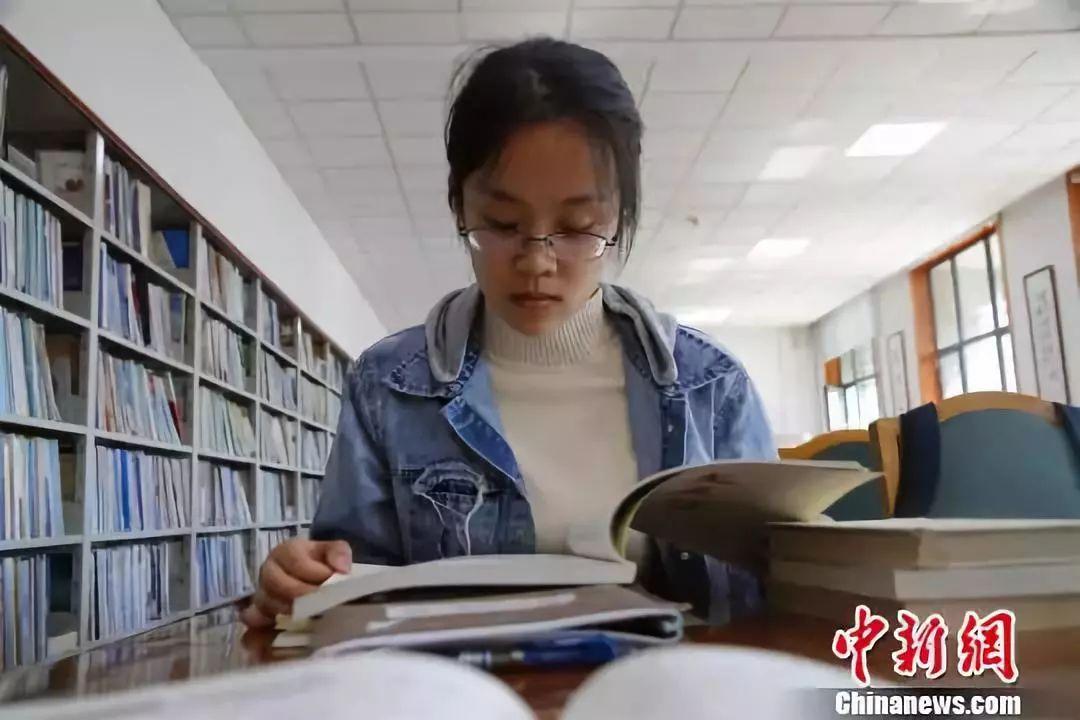图为丁安琪在山东大学图书馆内读书。来源:中国新闻网 (孙宏瑗 摄)