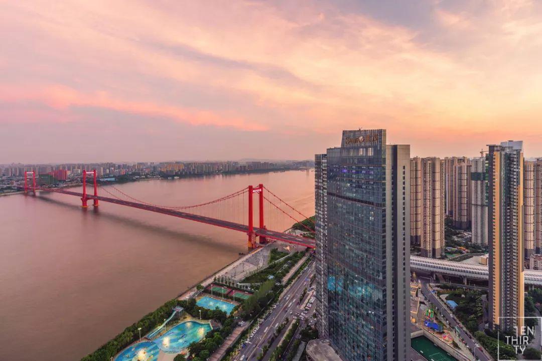 鹦鹉洲长江大桥下还有鹦鹉洲汉阳桥梁主题公园,可以近距离观赏大桥,还图片